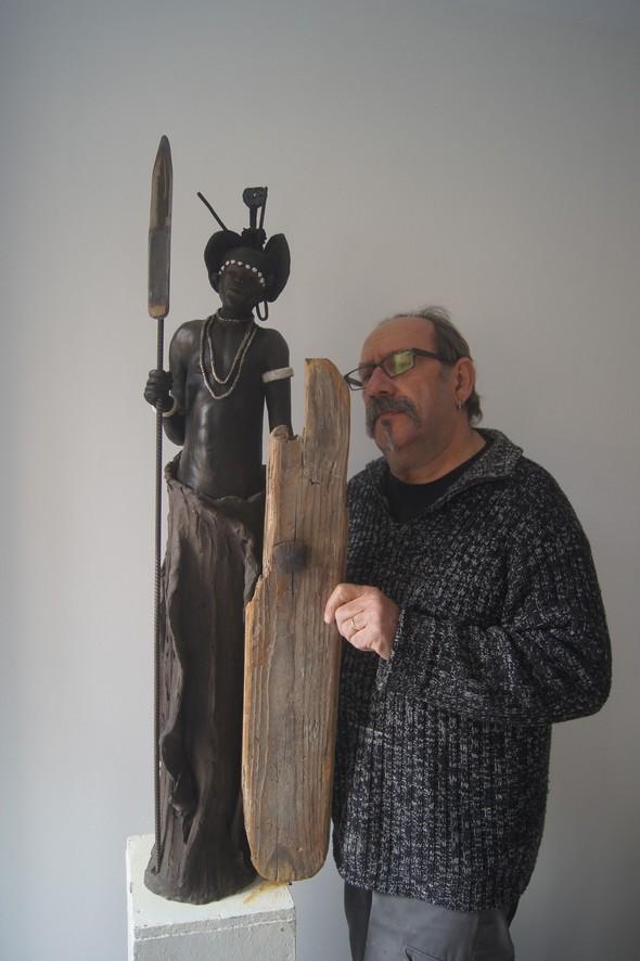 Christian lionnet artiste sculpteur céramiste devant une de ses sculptures