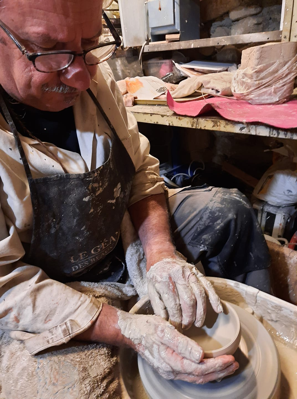 artiste sculpteur céramiste utilisant un tour de poterie
